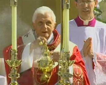 Papež slouží mši na washingtonském stadionu