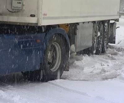 Kamion na zasněžené vozovce