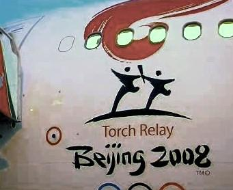 Logo na letadle s olympijskou pochodní