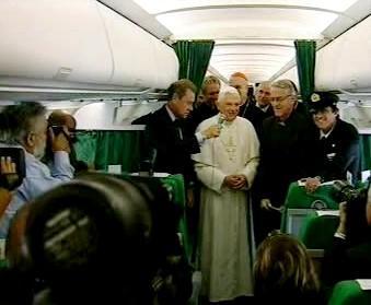Papež Benedikt XVI. v letadle