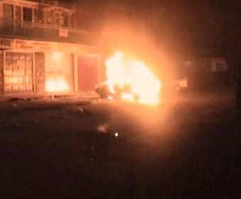 Hořící auto v Keni