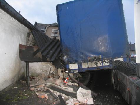 Kamion se  zastavil o rodinný dům