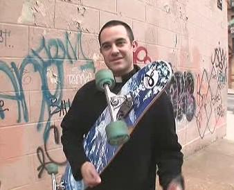Kněz se skateboardem