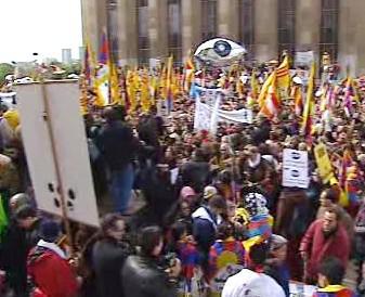 Demonstranti s tibetskými vlajkami
