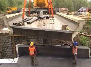 Přesun betonového mostu