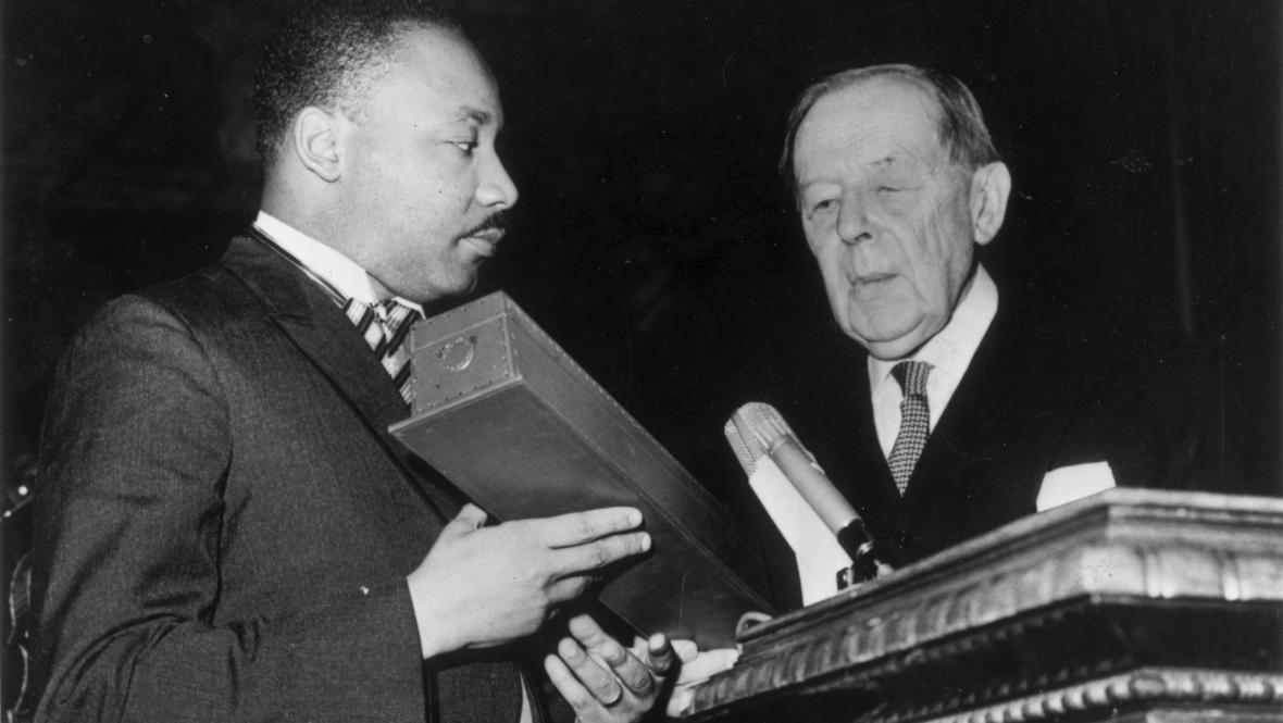 Martin Luther King přebírá Nobelovu cenu