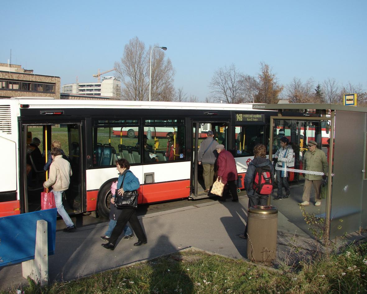 Cestující nastupují do autobusu