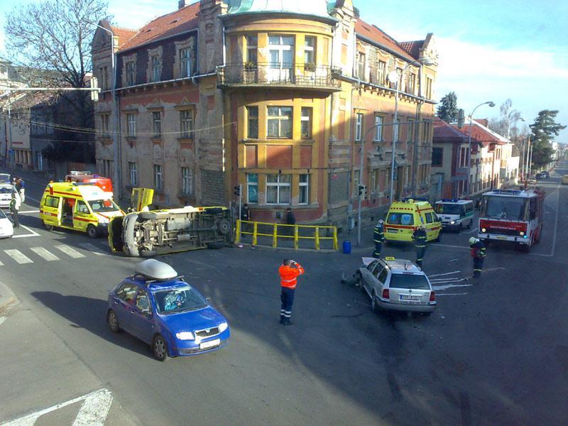 Nehoda osobního auta a sanitky