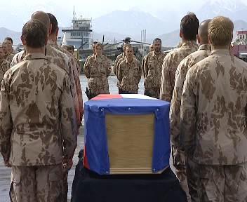 Smuteční ceremoniál na kábulském letišti