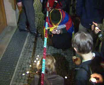Demostranti zapalují svíčky