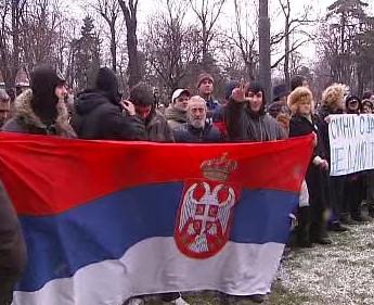 Protestující Srbové