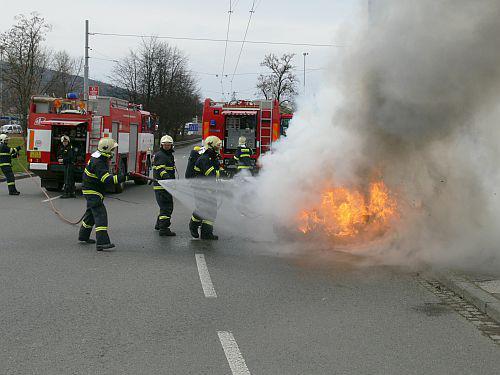 Hasiči u požáru osobního auta