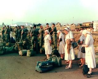 Řádové sestry a francouzští vojáci ve Rwandě