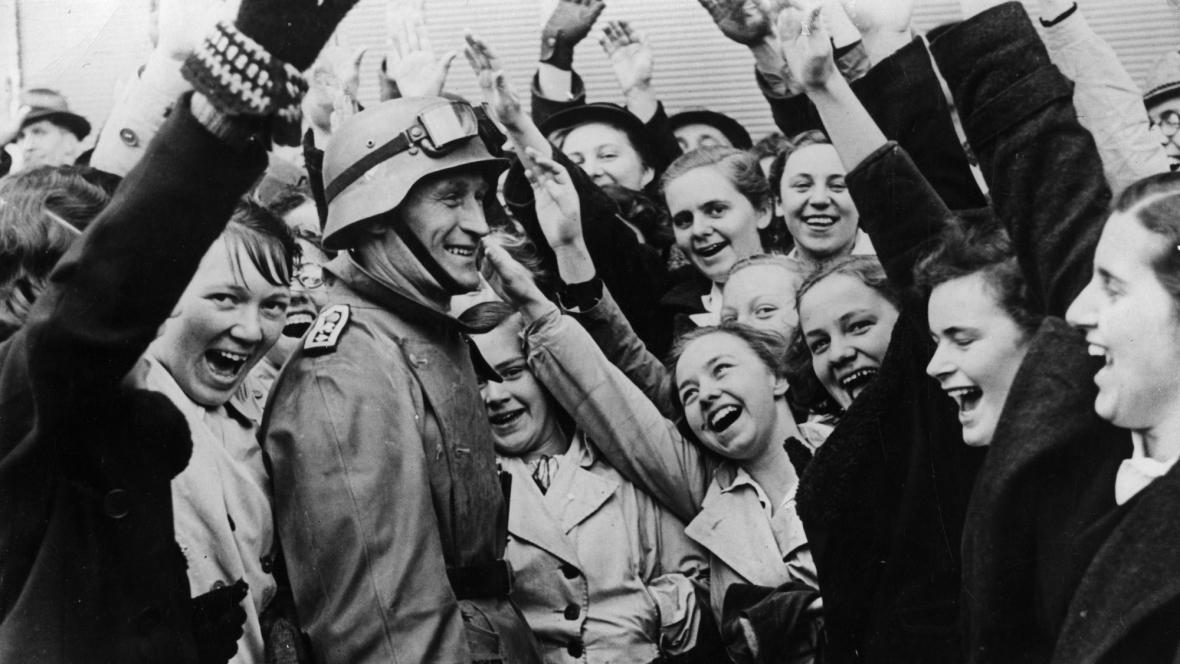 Rakušanky vítají německého vojáka