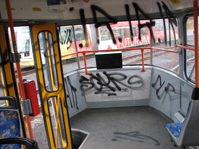 Poničený interiér tramvaje