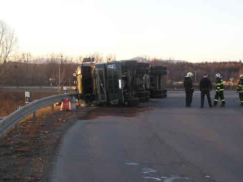 Hasiči zasahovali u převráceného kamionu