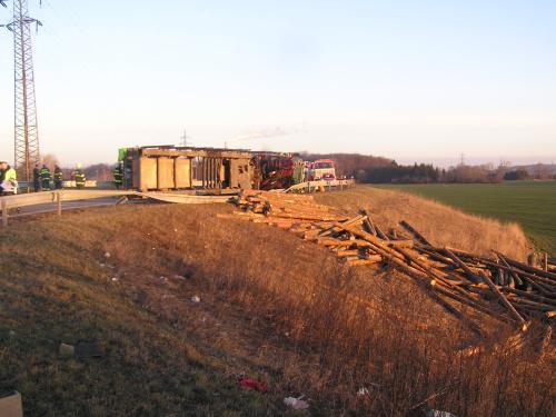Z převráceného kamionu se vysypal náklad