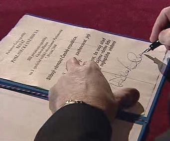 Václav Klaus podepisuje prezidentský slib