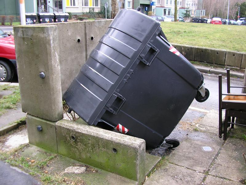 Převrácená popelnice