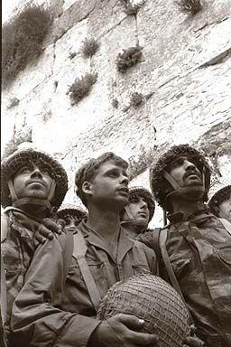 Izraelští vojáci u zdí Jeruzaléma