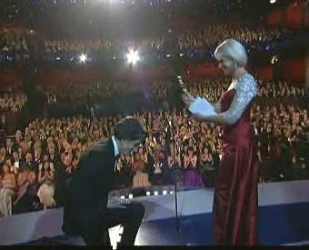 Daniel Day-Lewis a Helen Mirren při předávání Oscarů