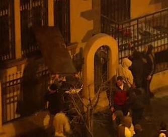 Srbové devastují budovy v Bělehradě