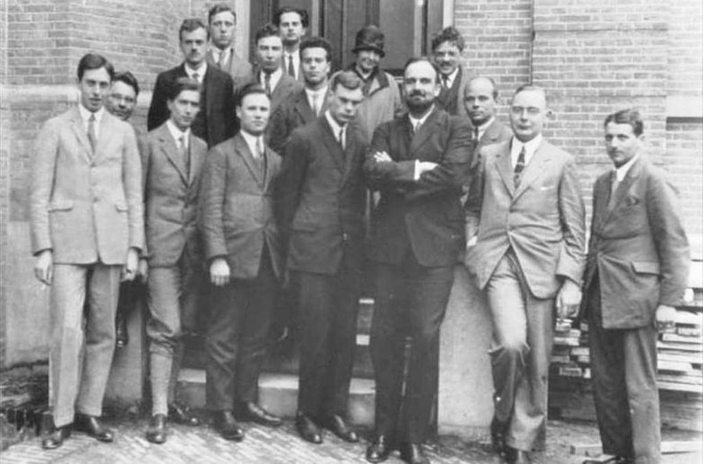 Oppenheimer (v 2. řadě třetí zleva)