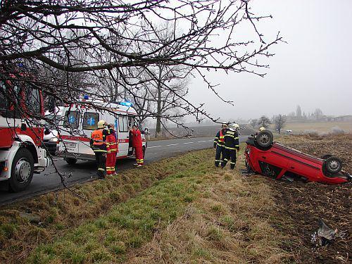 Škodovka skončila po nehodě na poli