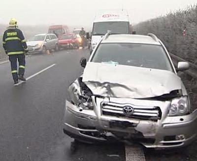 Auto po hromadné nehodě na R46