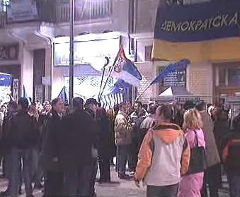 Lidé v ulicích po volbách v Srbsku