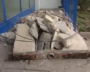 Rozbité betonové výtahové protizávaží