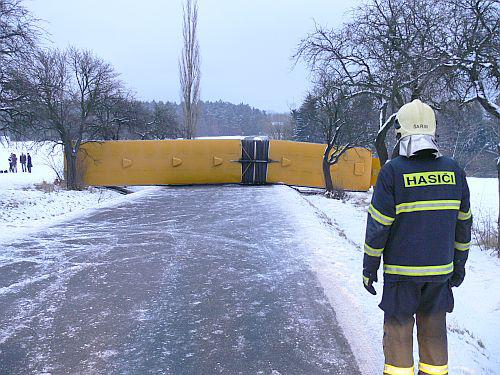 Převrácený autobus blokoval silnici