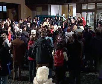 Demonstrace před karlovarskou radnicí
