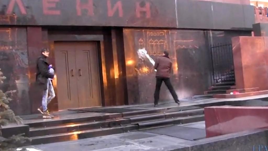 Ruští umělci polévají mauzoleum v Moskvě svěcenou vodou