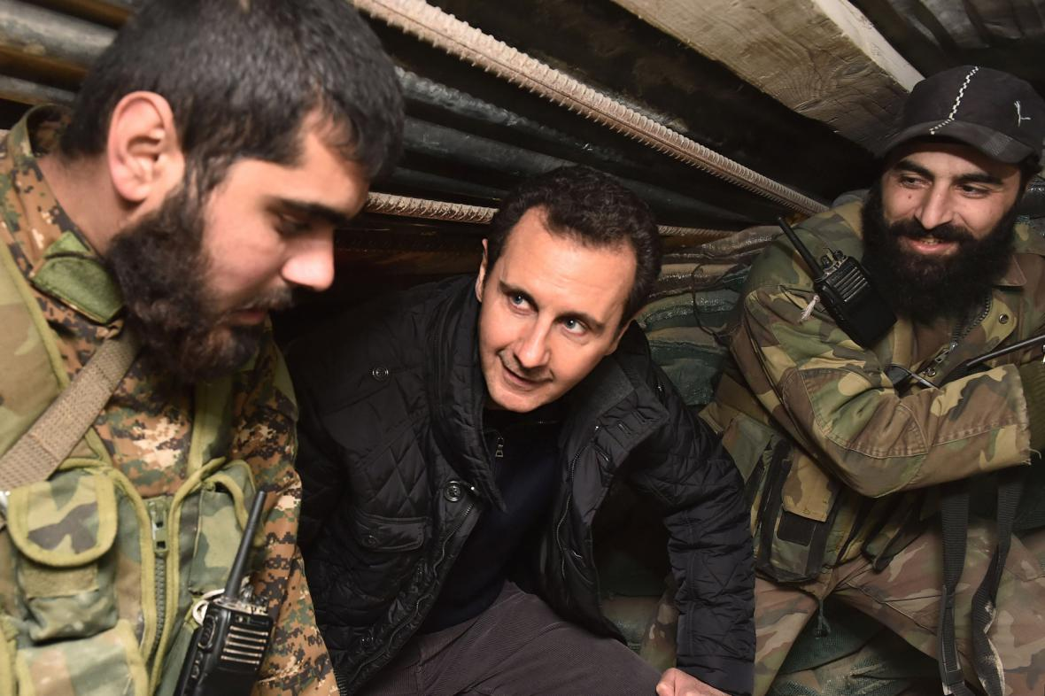 Syrský prezident Bašár Asad s vojáky