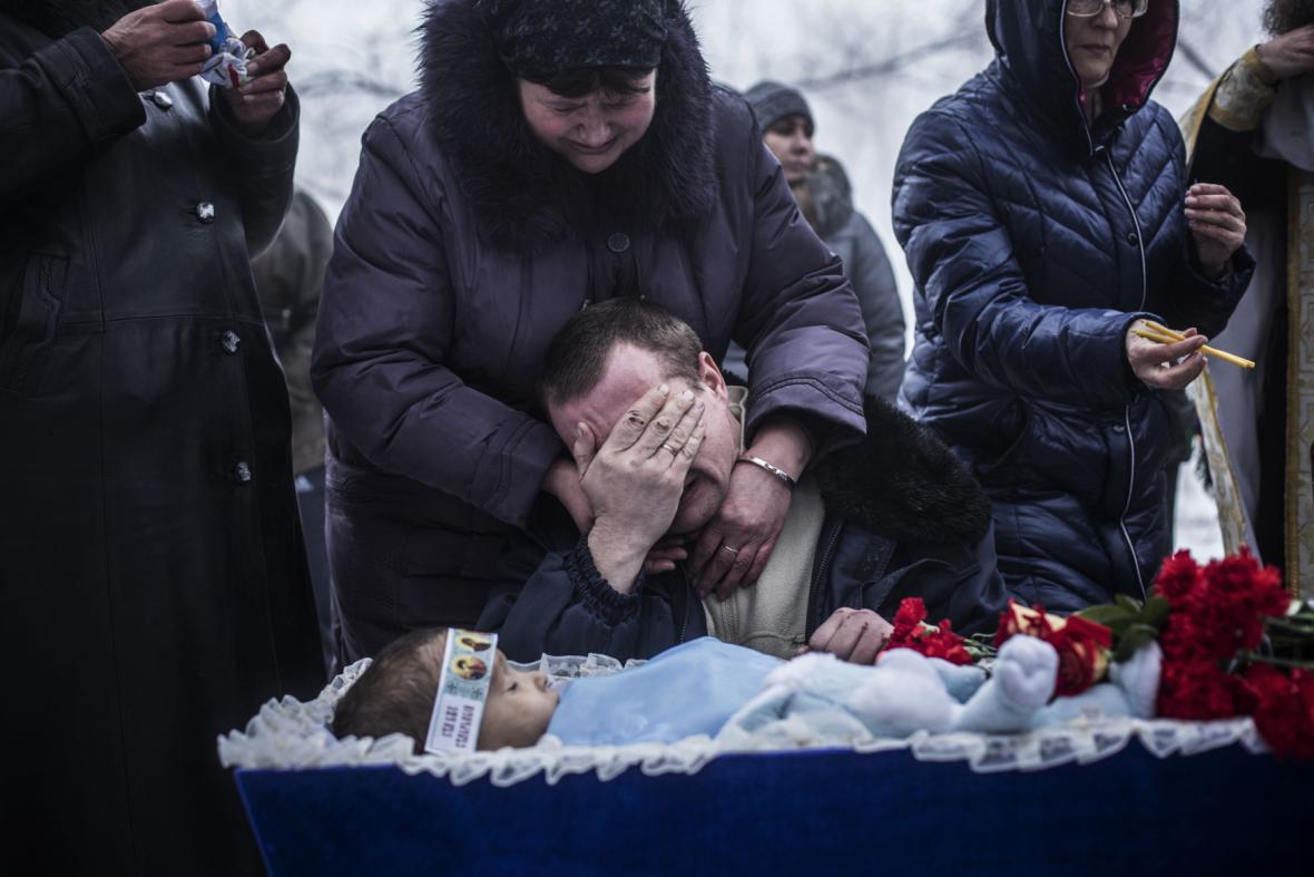 Pohřeb dítěte zabitého při bojích v Doněcku