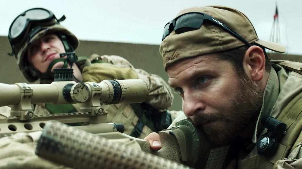 Bradley Cooper v roli známého snipera Chrise Kylea
