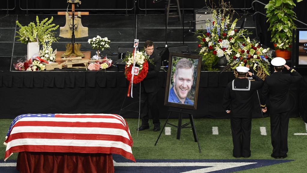 Únor 2013 – Pohřeb Chrise Kylea na stadionu týmu Dallas Cowboys