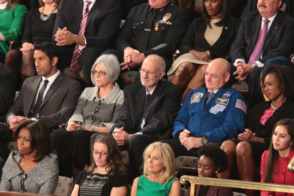 Američan Alan Gross propuštěný kubánským režimem (uprostřed v černém saku)