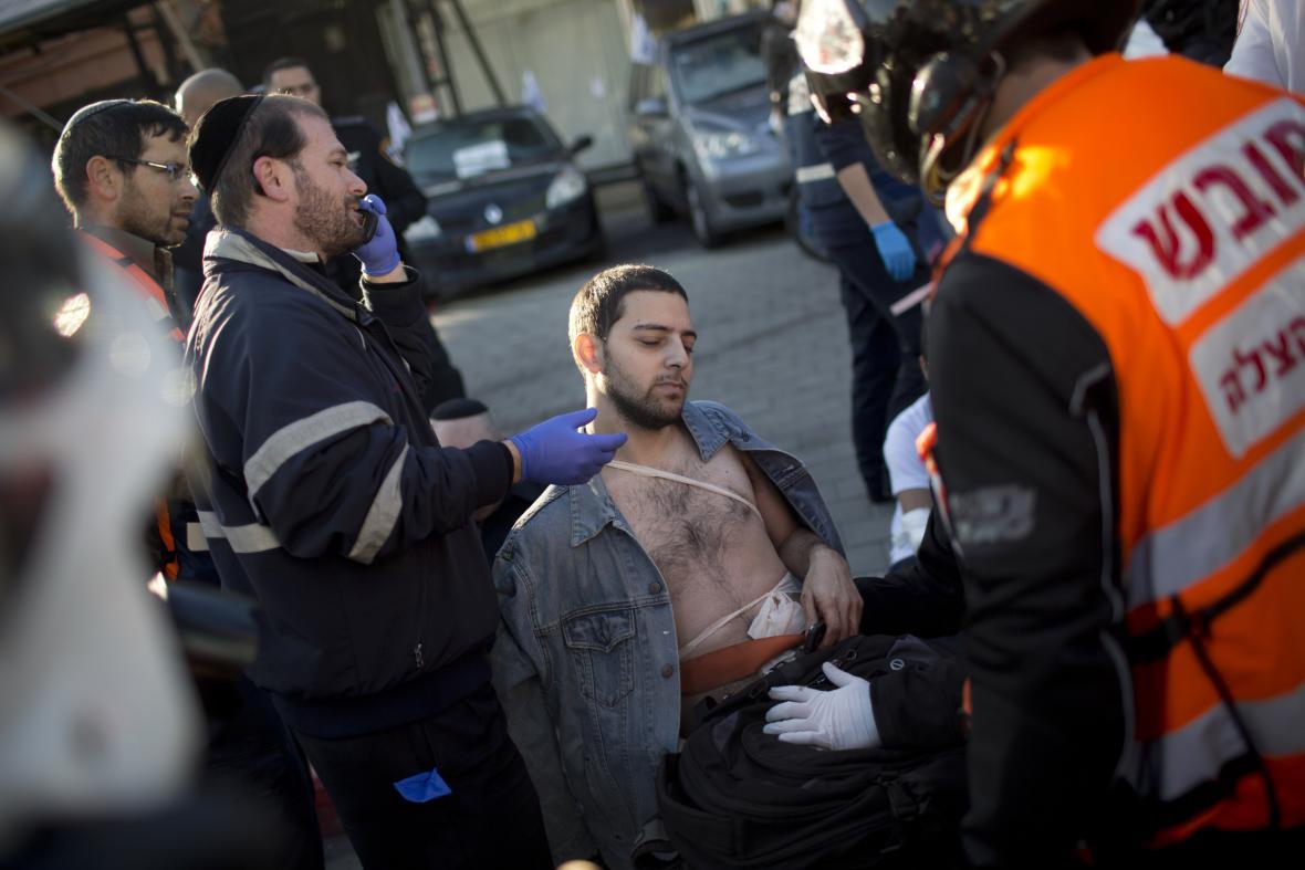 Záchranáři ošetřují pobodaného muže v Tel Avivu