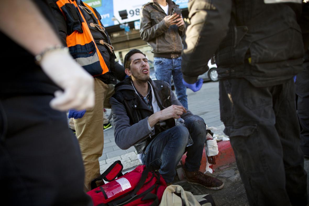 Záchranáři ošetřují pobodaného cestující v Tel Avivu