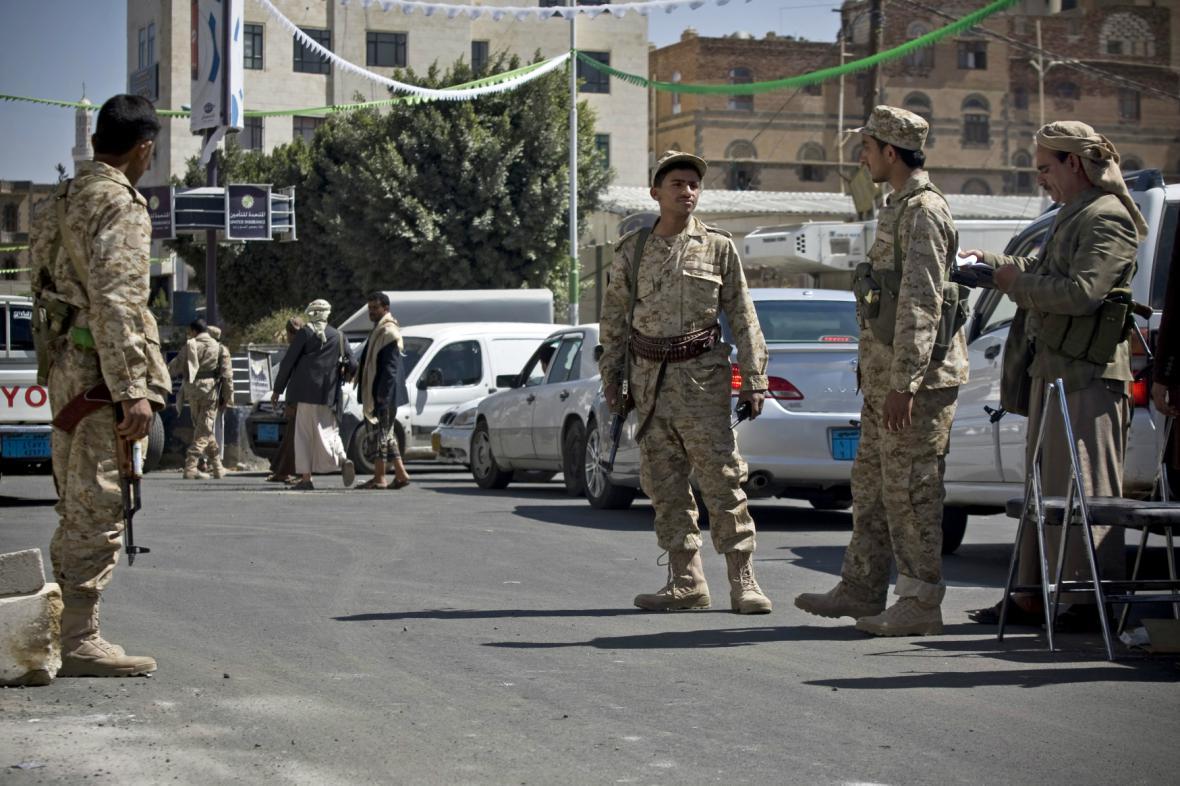 Povstalci z kmene Hutíú před prezidentským palácem