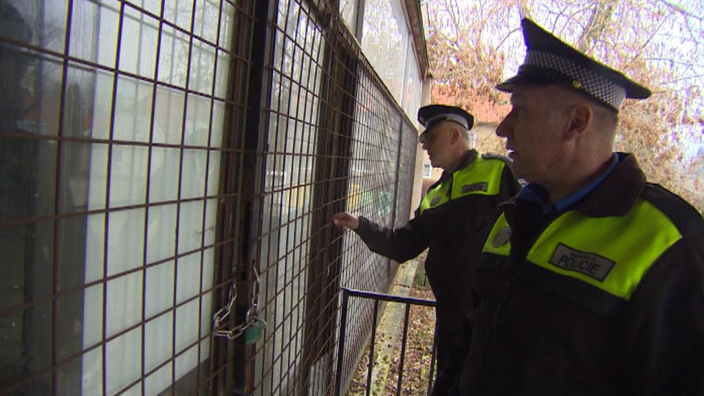 Strážníci při pravidelné kontrole bývalého hotelu