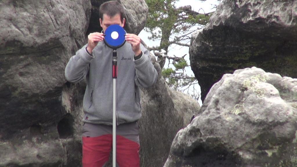Geolog při měření Pravčické brány - září 2014