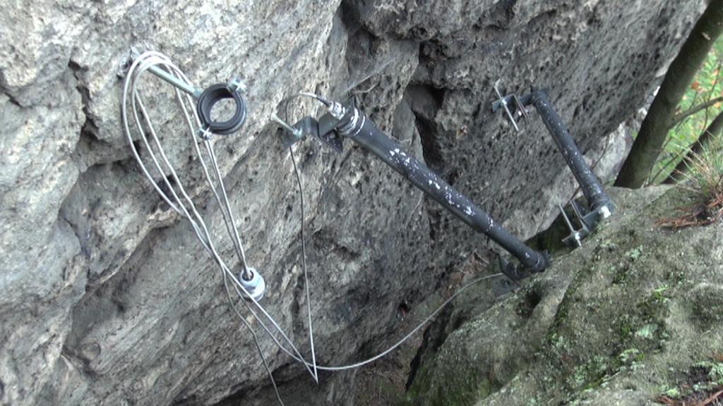 Čidla měří pohyb skal