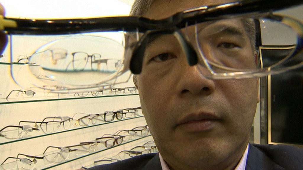 James Chen s brýlemi s nastavitelnými dioptriemi