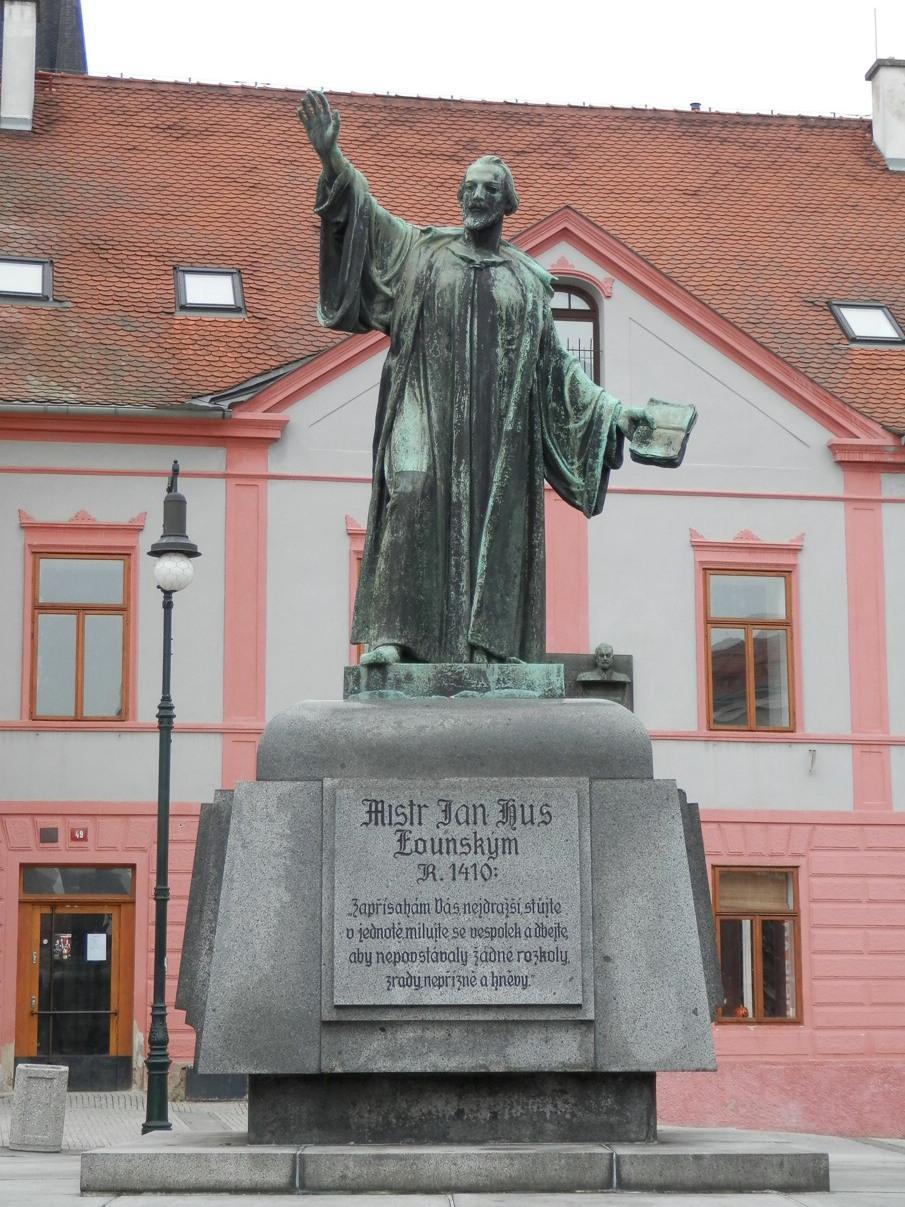 Mistr Jan Hus na pomníku v Lounech