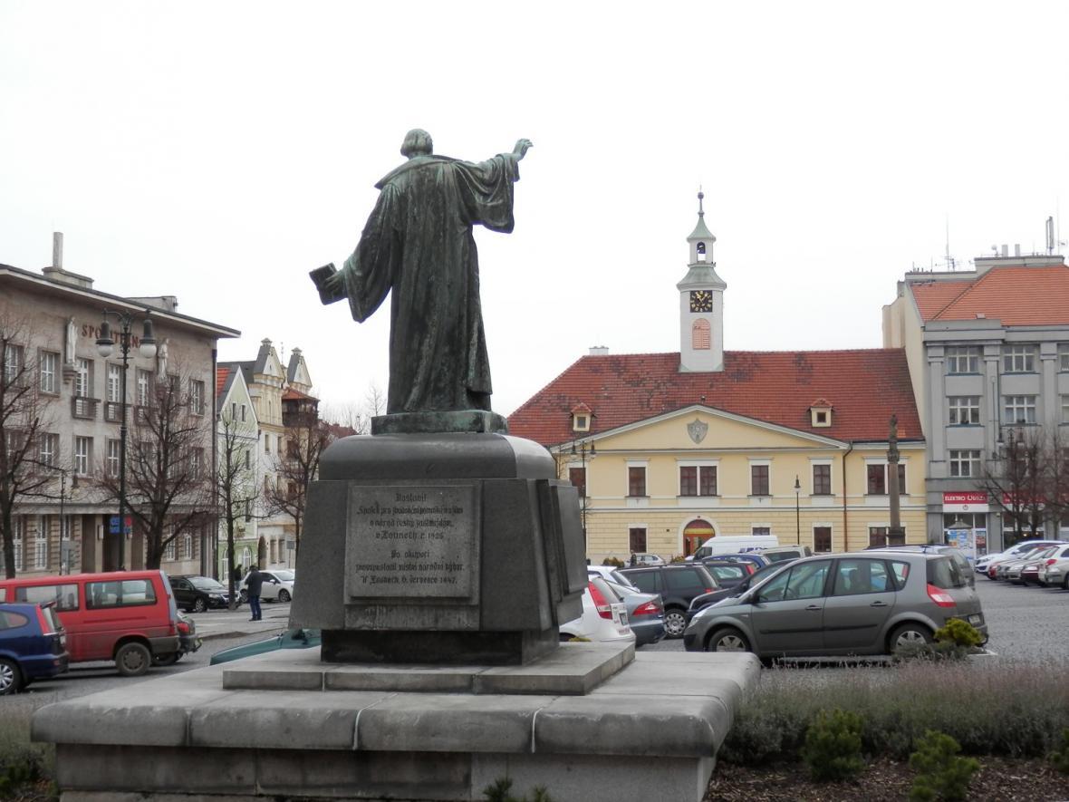 Náměstí s pomníkem mistra Jana Husa v Lounech
