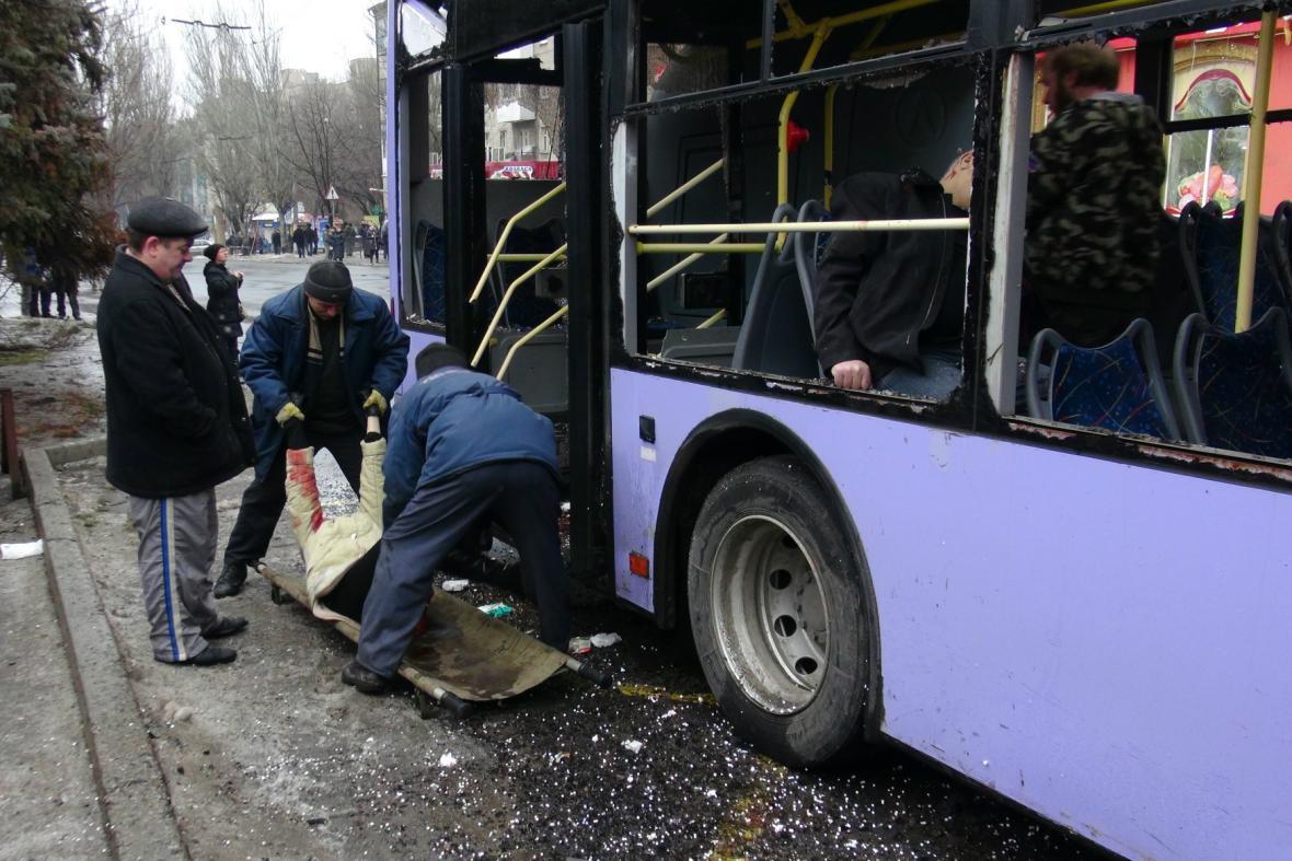 Následky palby na zastávku v Doněcku