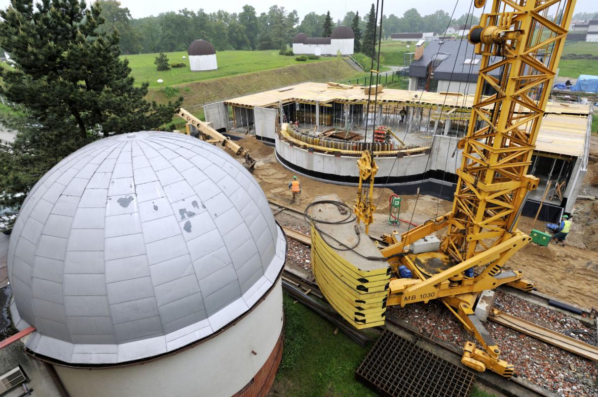Stavba digitálního planetária v polovině roku 2013